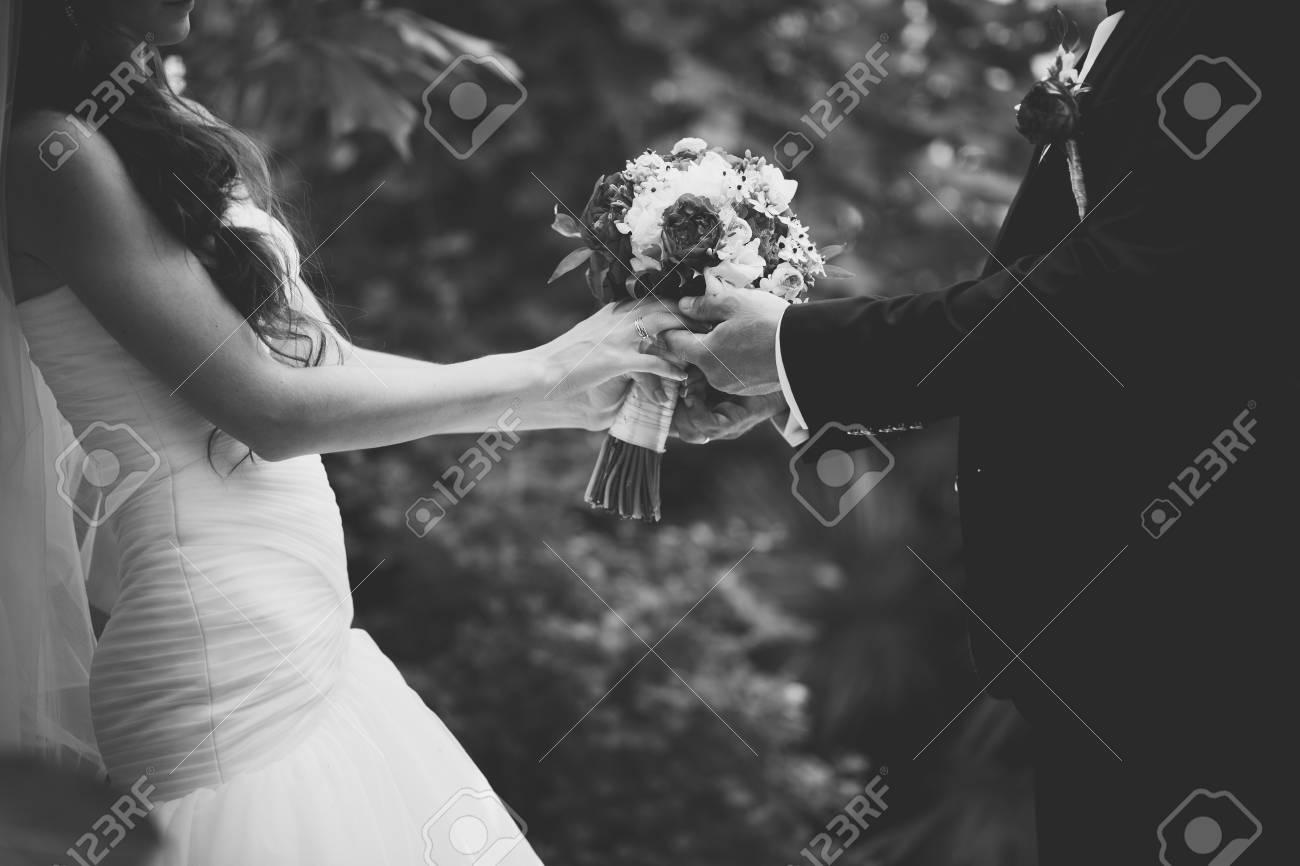 Mariage couple amoureux, mariage le jour de l\u0027été. Image en noir et blanc.