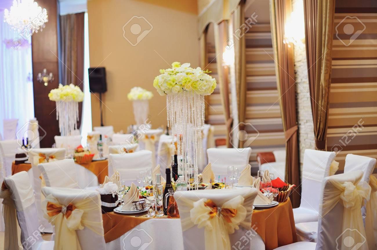 Hochzeitsfeier In Einem Restaurant Serviert Tisch Lizenzfreie Fotos