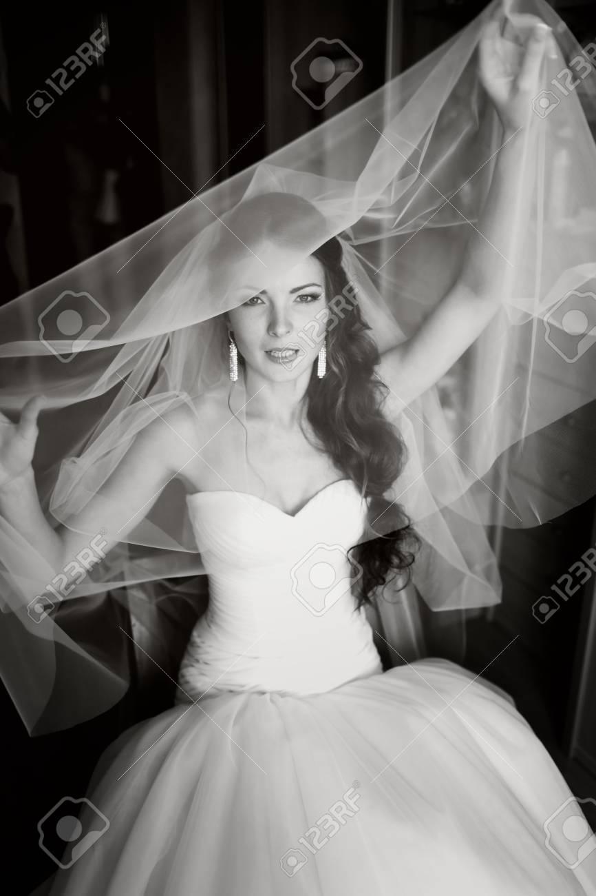 Belle Jeune Mariée Jouant Avec Le Voile,