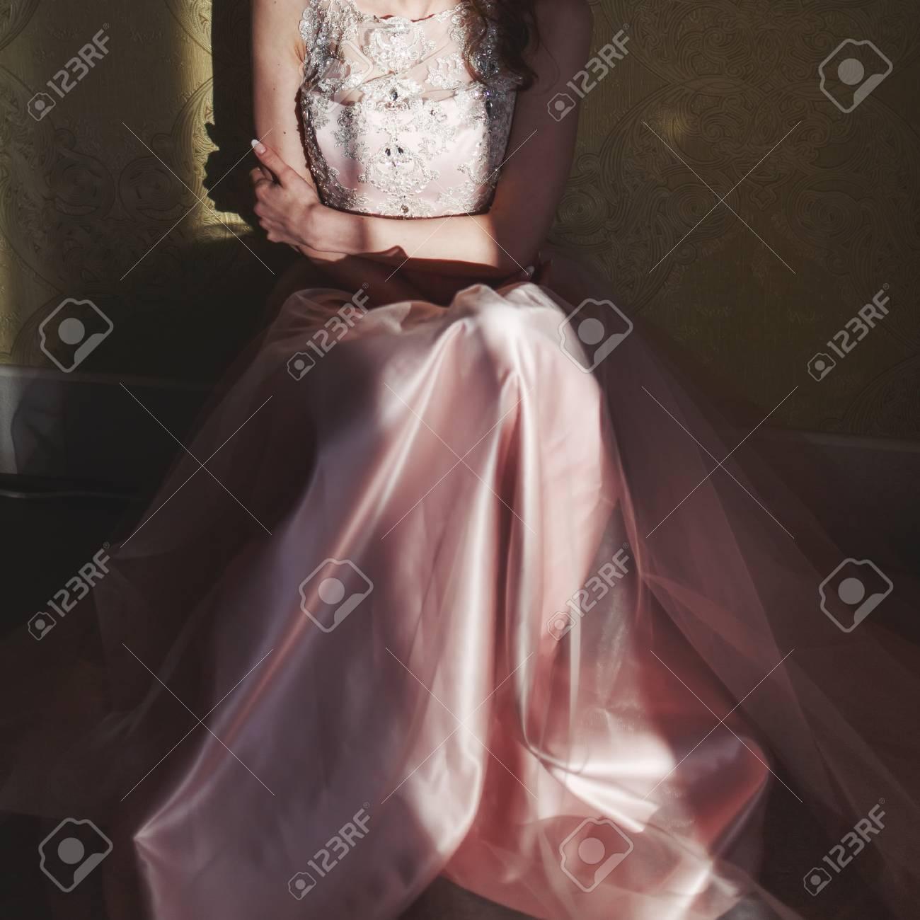 Teenage Mädchen Tragen Fancy Prom Rosa Kleid, Posiert Auf ...
