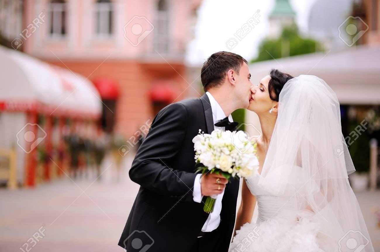 209c648abba Ahora el novio puede besar a la novia, novios besándose en la calle Foto de