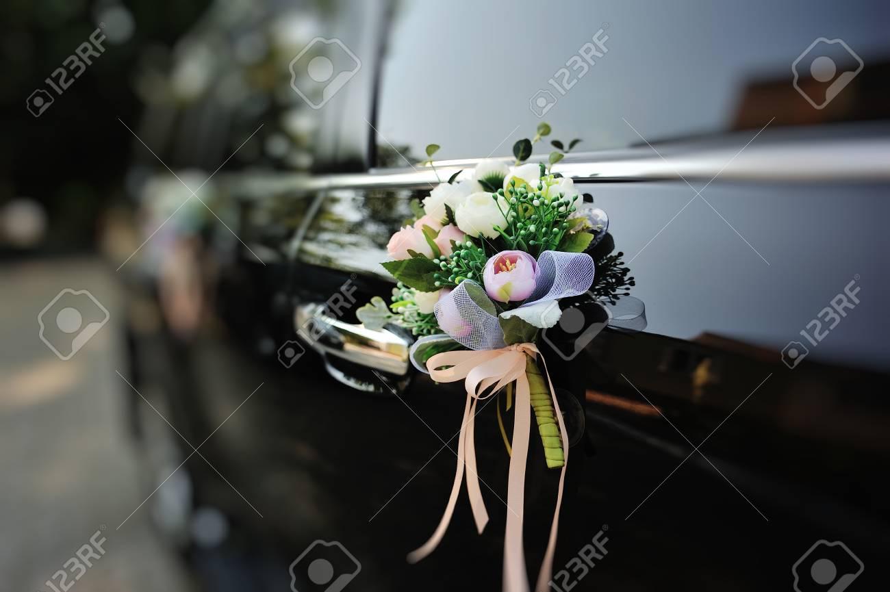 Arreglo De Flores En El Coche Nupcial Día De La Boda Feliz