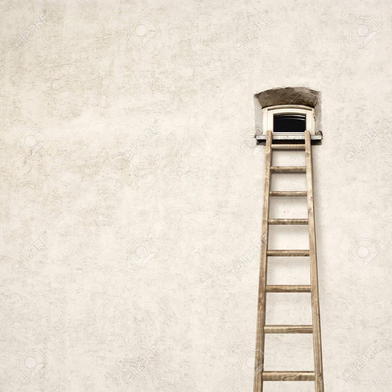 vieille fissure mur avec une petite fenetre et echelle en bois
