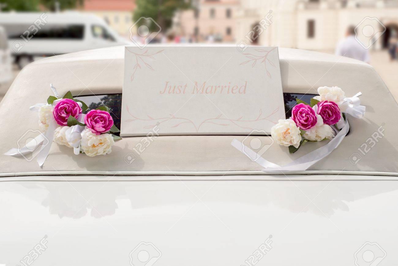 Limousine De Mariage Blanche Decoree De Fleurs Rouges Et Blanches
