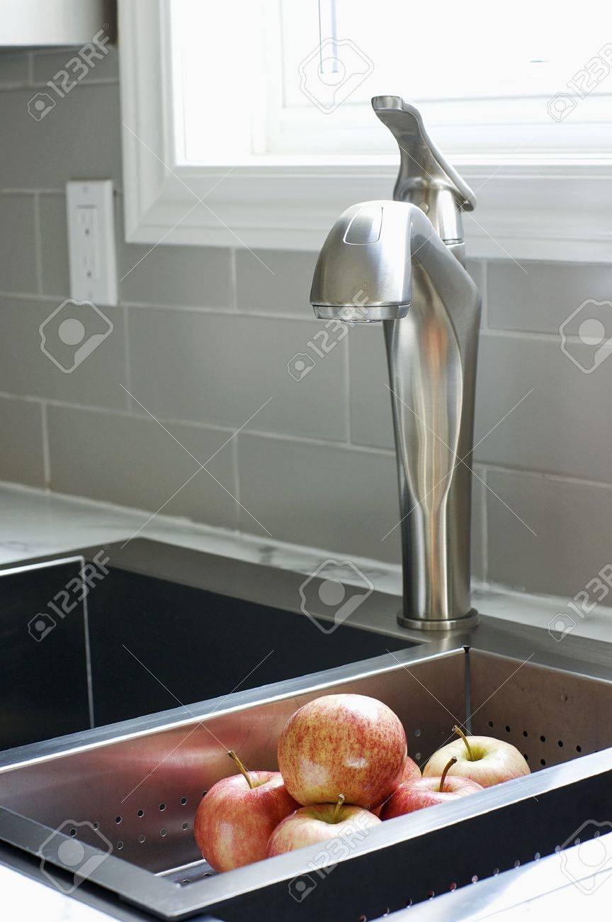 Pfel Waschen Macht Spaß In Einer Küche Renovierung Mit 12-Zoll-U ...