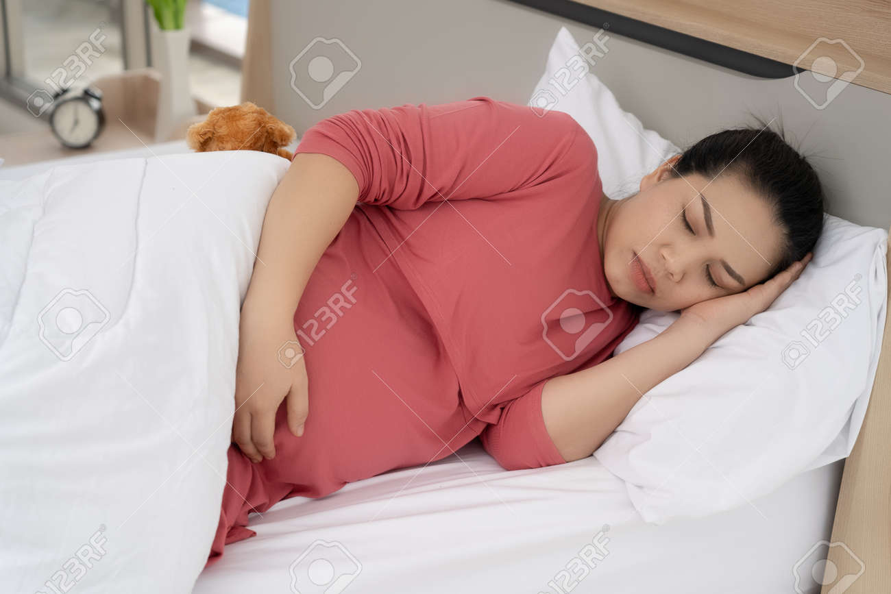 Pregnant women are sleeping in the daytime. - 170974817