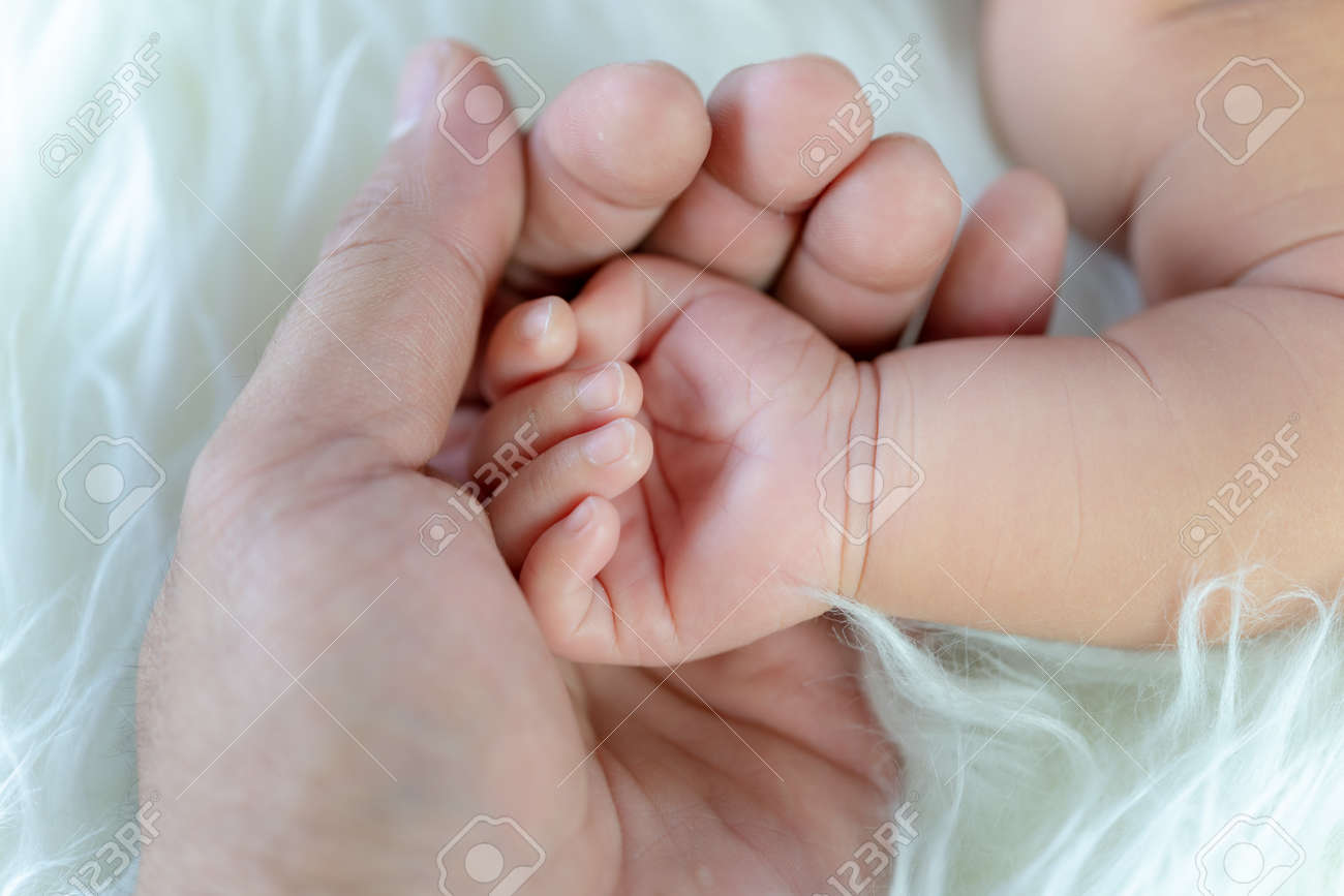 mother hand and newborn hand - 170974484