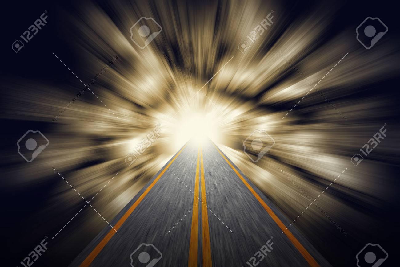La Credenza Religiosa : Sfocatura movimento veloce lungo la strada dalloscurità alla luce