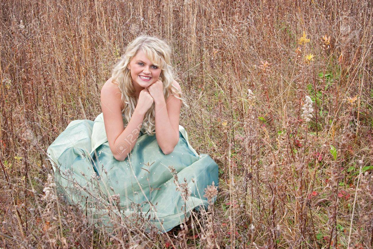 Eine Ziemlich Junge Blondine In Einem Teal Grüne Prom Kleid Sitzen ...