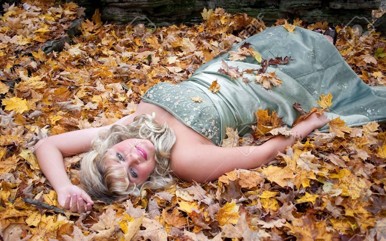 Junge Teen Blonde Mädchen In Ein Prom Kleid Im Freien Mit Farben Des ...