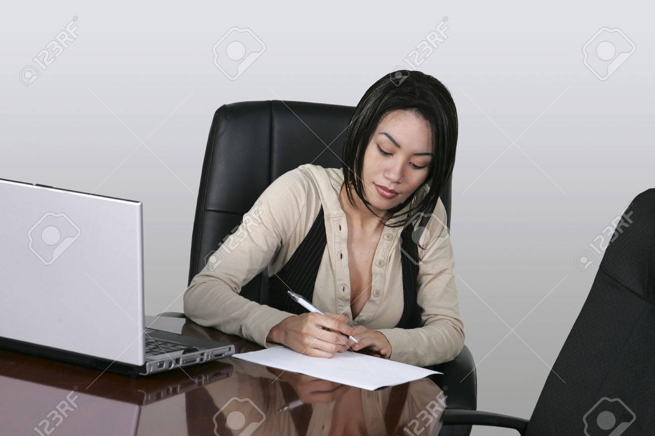 """Expresa tu momento """" in situ """" con una imagen - Página 2 12742355-bonita-morena-de-empleado-de-oficina-con-un-ordenador-port-til-en-su-escritorio-Foto-de-archivo"""