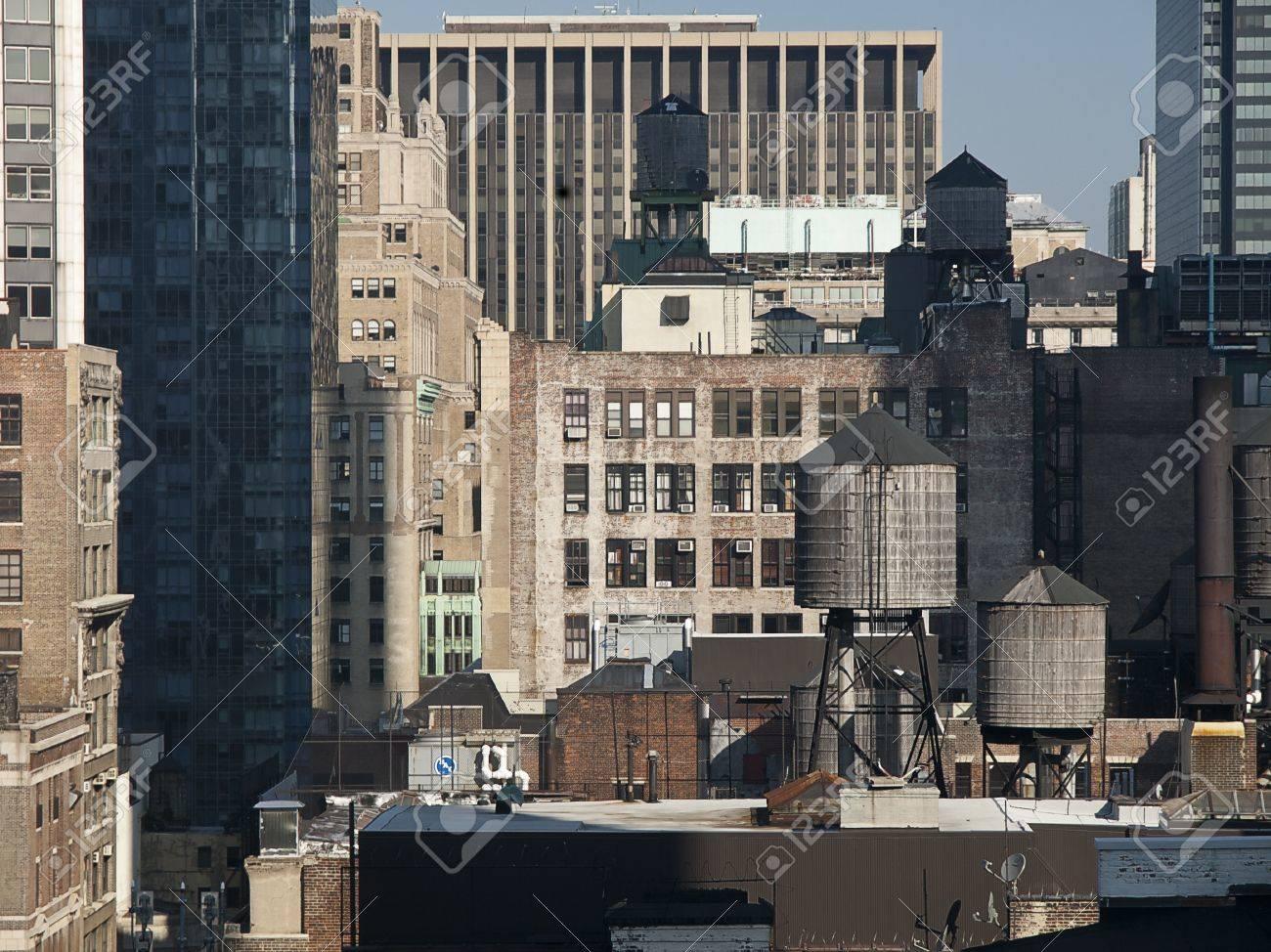 foto de archivo tanques de agua encima de edificios de nueva york