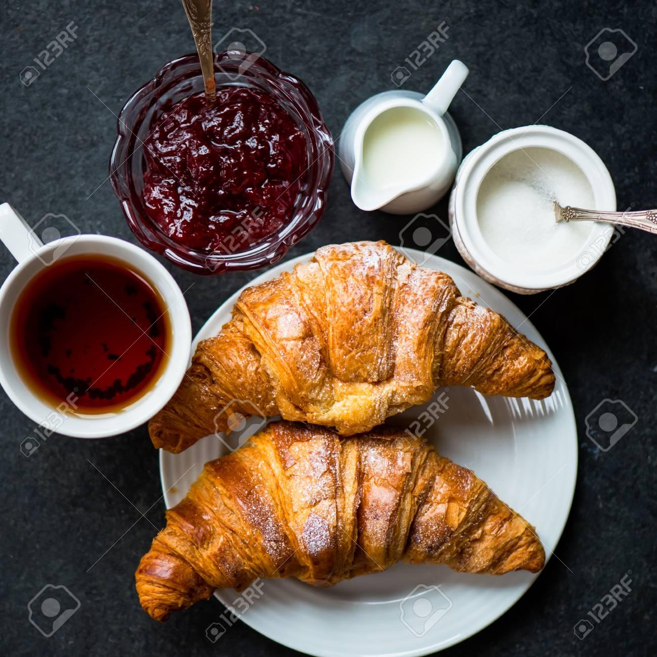 https://previews.123rf.com/images/manuta/manuta1511/manuta151100023/47921583-deux-croissants-frais-avec-gla%C3%A7age-tasse-de-th%C3%A9-lait-sucre-et-confiture-de-fraises-sont-pr%C3%AAts-pour-le-peti.jpg