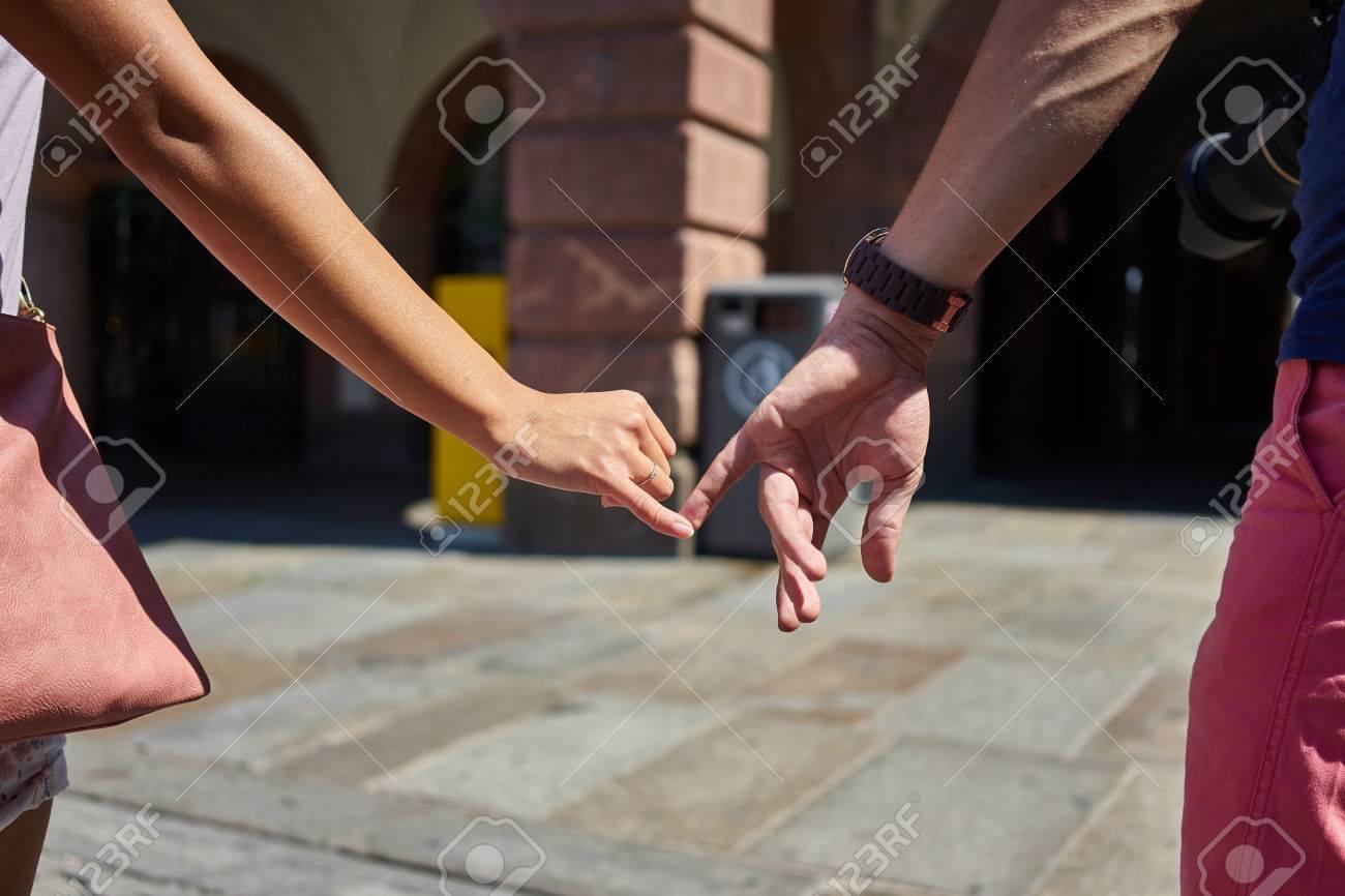 Molto Coppia Di Fidanzati Che Cammina Nella Città E Tenendosi Per Mano  PE97