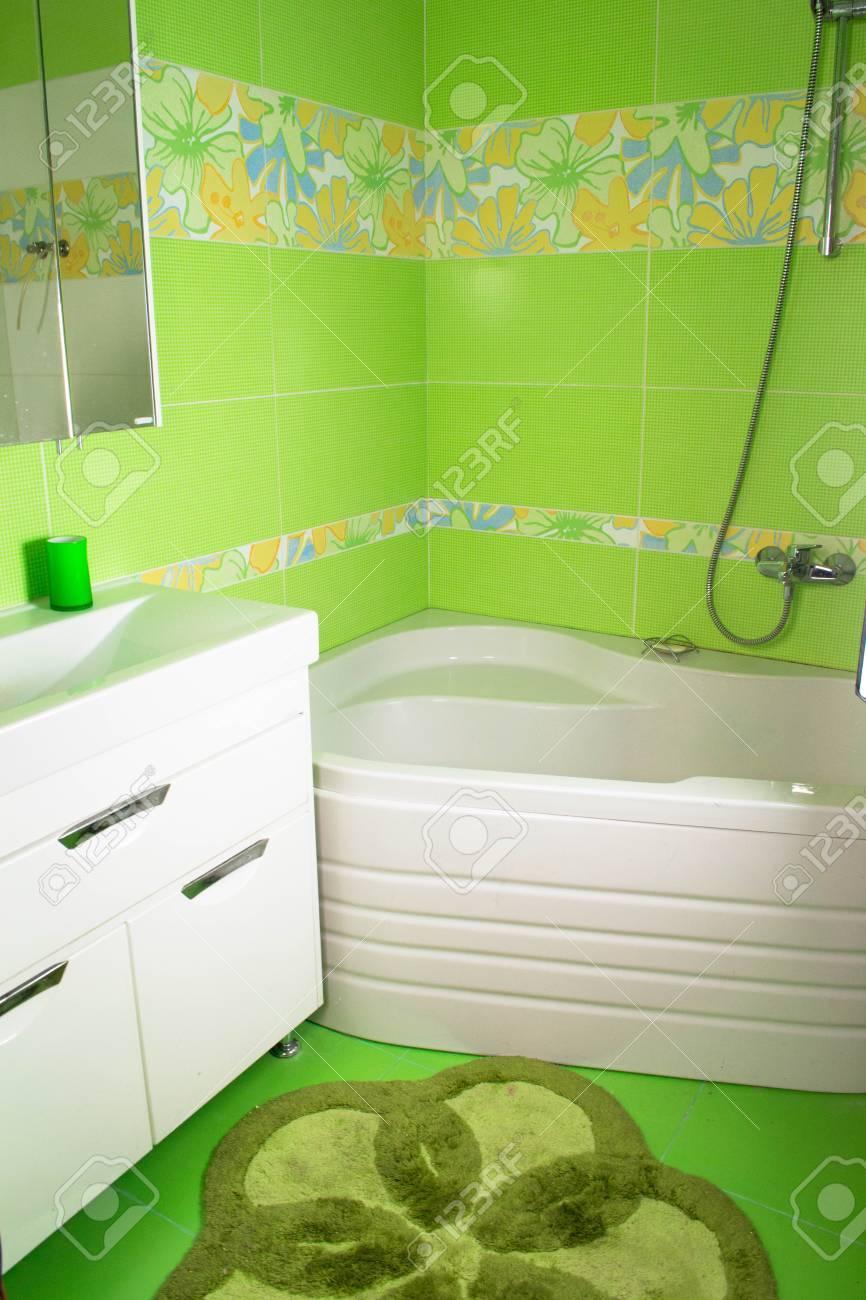 Grünes Badezimmer Interieur. Eckbadewanne Lizenzfreie Fotos, Bilder ...