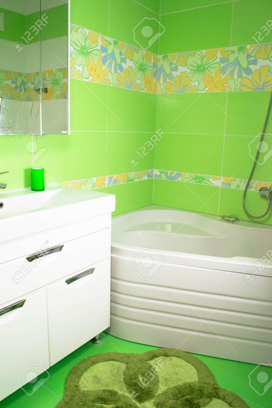 Grünes Badezimmer Unter. Eckbadewanne Lizenzfreie Fotos, Bilder Und ...