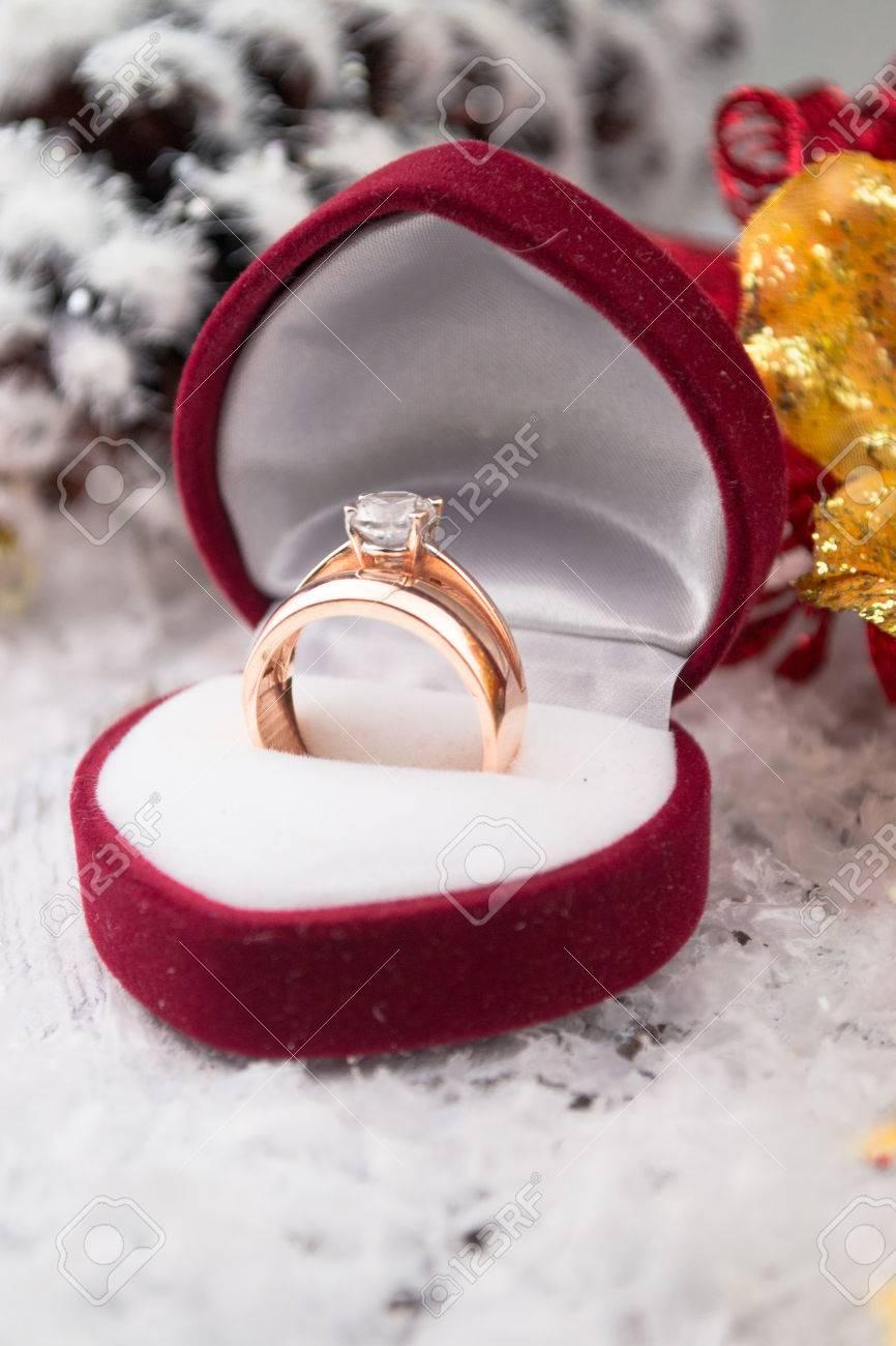 Ehering Unter Weihnachtsdekorationen Auf Holz Hintergrund. Standard Bild    45690828