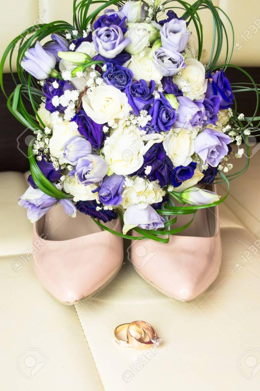 Bouquet De Mariage Avec Des Fleurs Bleues Et Des Chaussures De Mariee