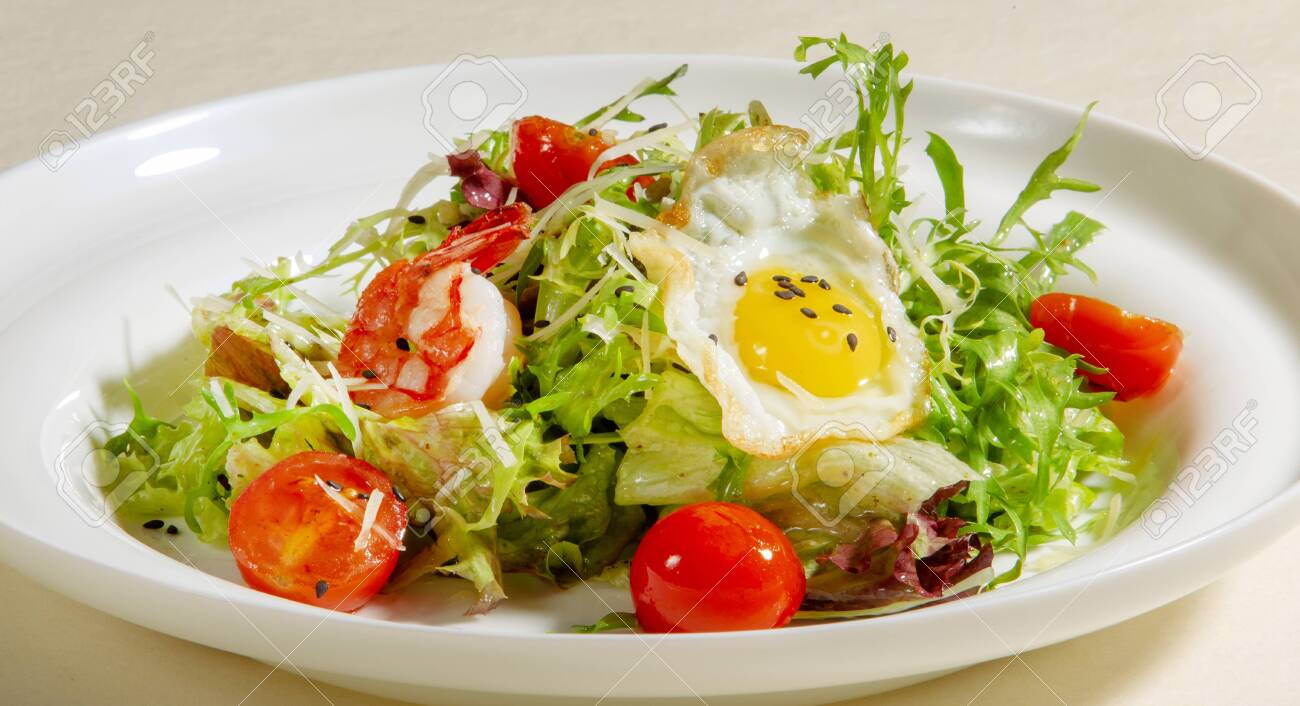 Salad with Fried Egg, Arugula, Tomato and Shrimp, Healthy food. - 136140583