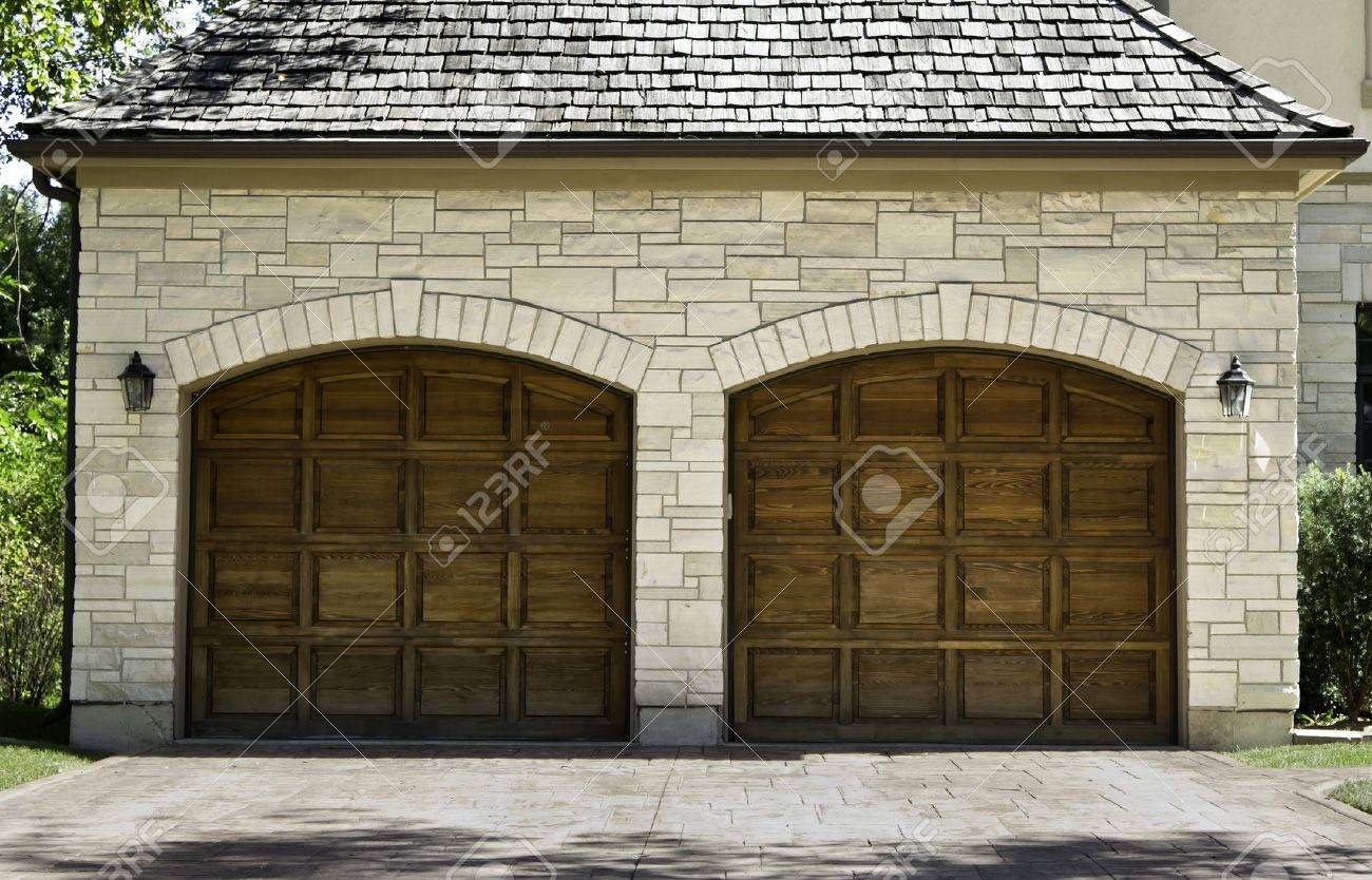 Typical american two car wooden oak car garage Stock Photo - 15483545