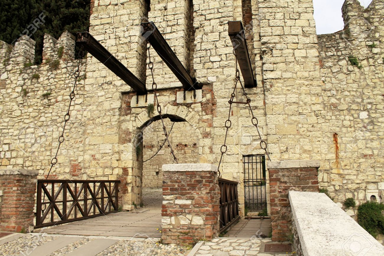 Old castle door and drawbridge Stock Photo - 27661853 & Old Castle Door And Drawbridge Stock Photo Picture And Royalty Free ...