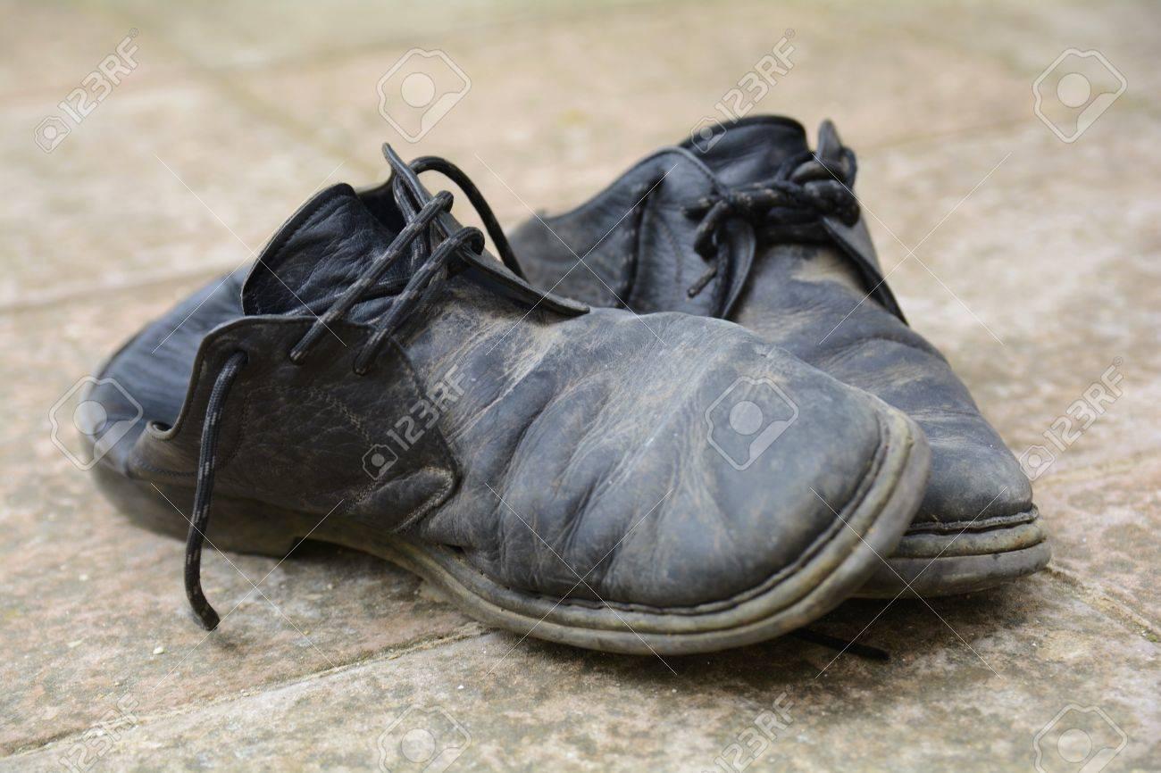 Zapatos Viejos En El Sucio Y Dañado Fotos, Retratos, Imágenes Y ...