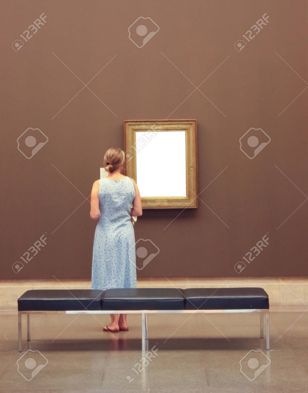 Mujer Mirando Una Imagen Dentro De Una Galería De Arte (plantilla ...