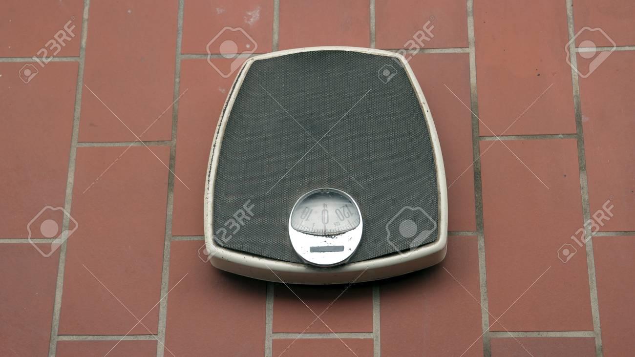 Bilancia da bagno retrò su piastrelle di ceramica pavimento foto