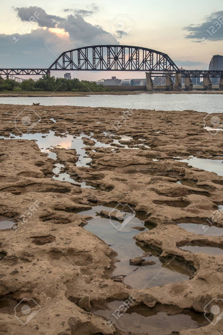 City of Louisville KY from Falls On The Ohio State Park Stock Photo - 74449322