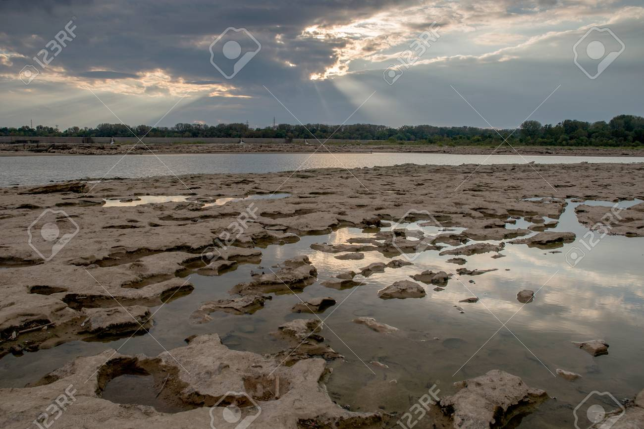 Tide pools and God rays at Falls On The Ohio State Park Stock Photo - 74449334