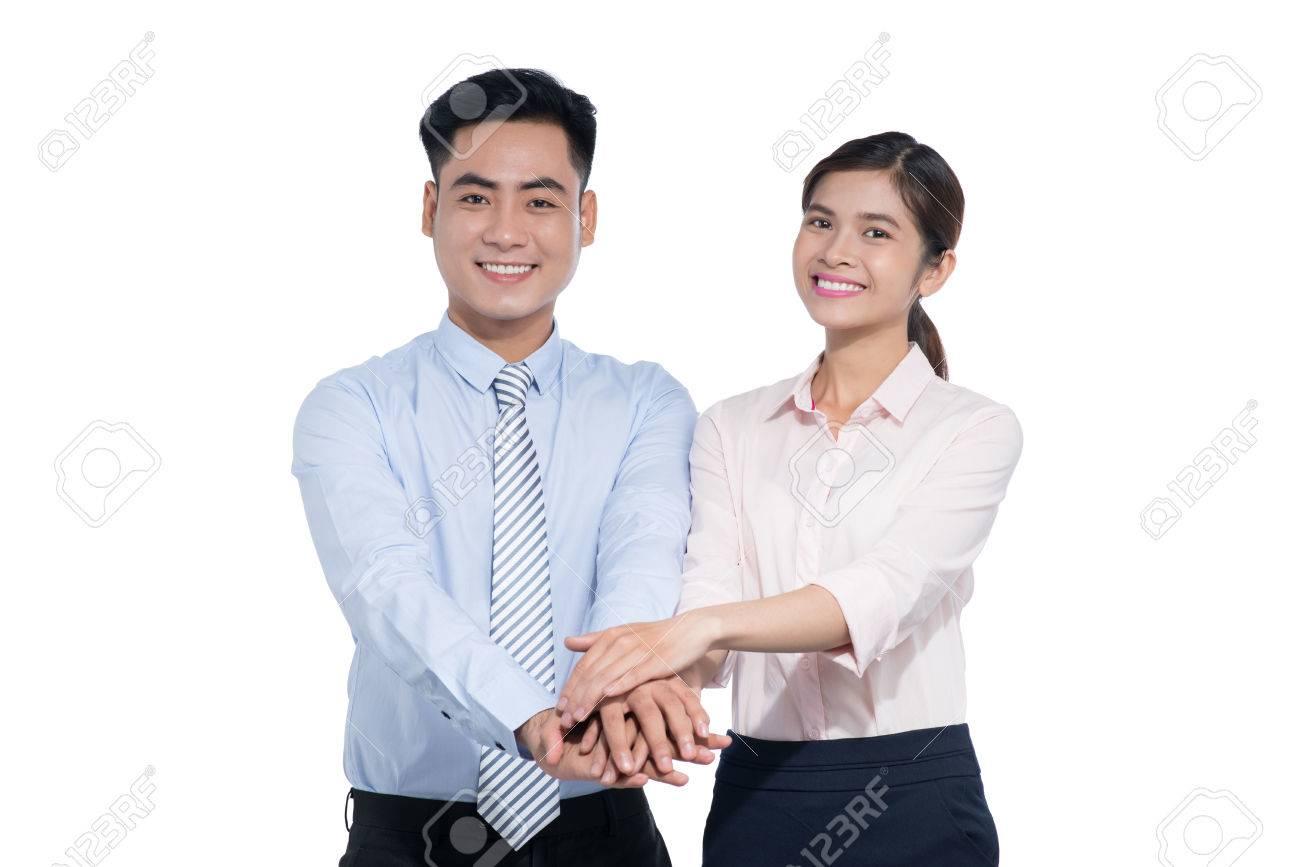 dos personas de pie con las manos en la parte superior entre sí y