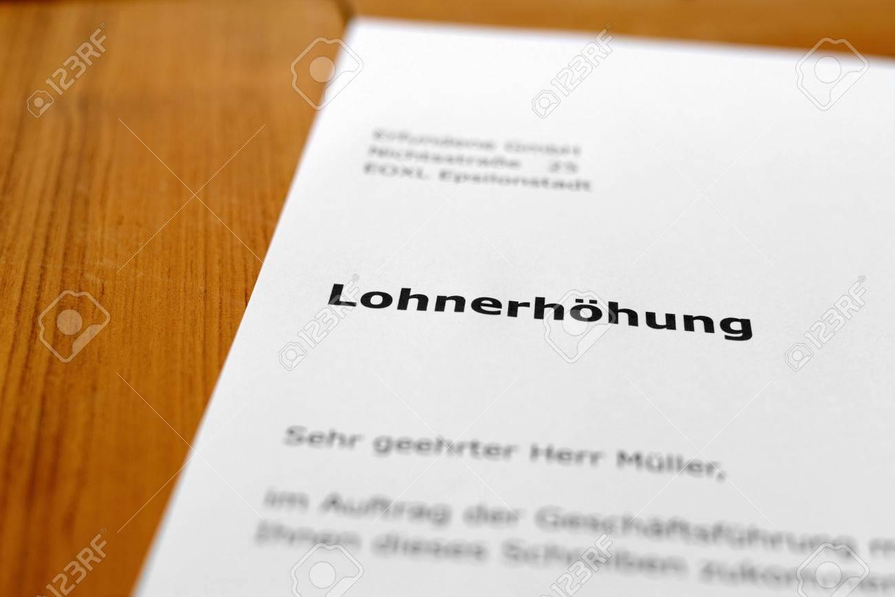 Ein Brief Auf Einem Holztisch - Lohnerhöhung Lizenzfreie Fotos ...