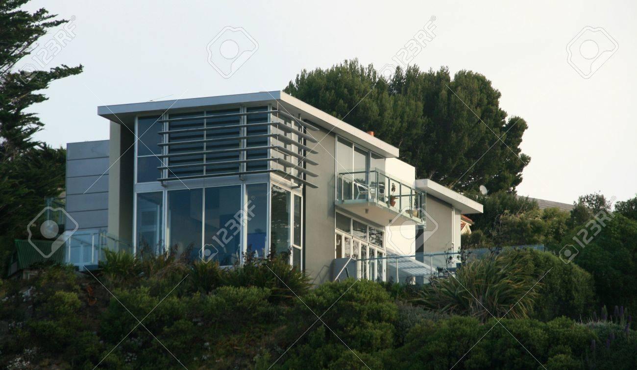 Une Grande Maison Moderne Avec De Grandes Baies Vitrées Banque D ...