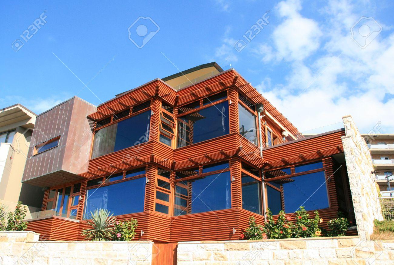 Une Maison En Bois Moderne Avec De Grandes Baies Vitrées Banque D ...