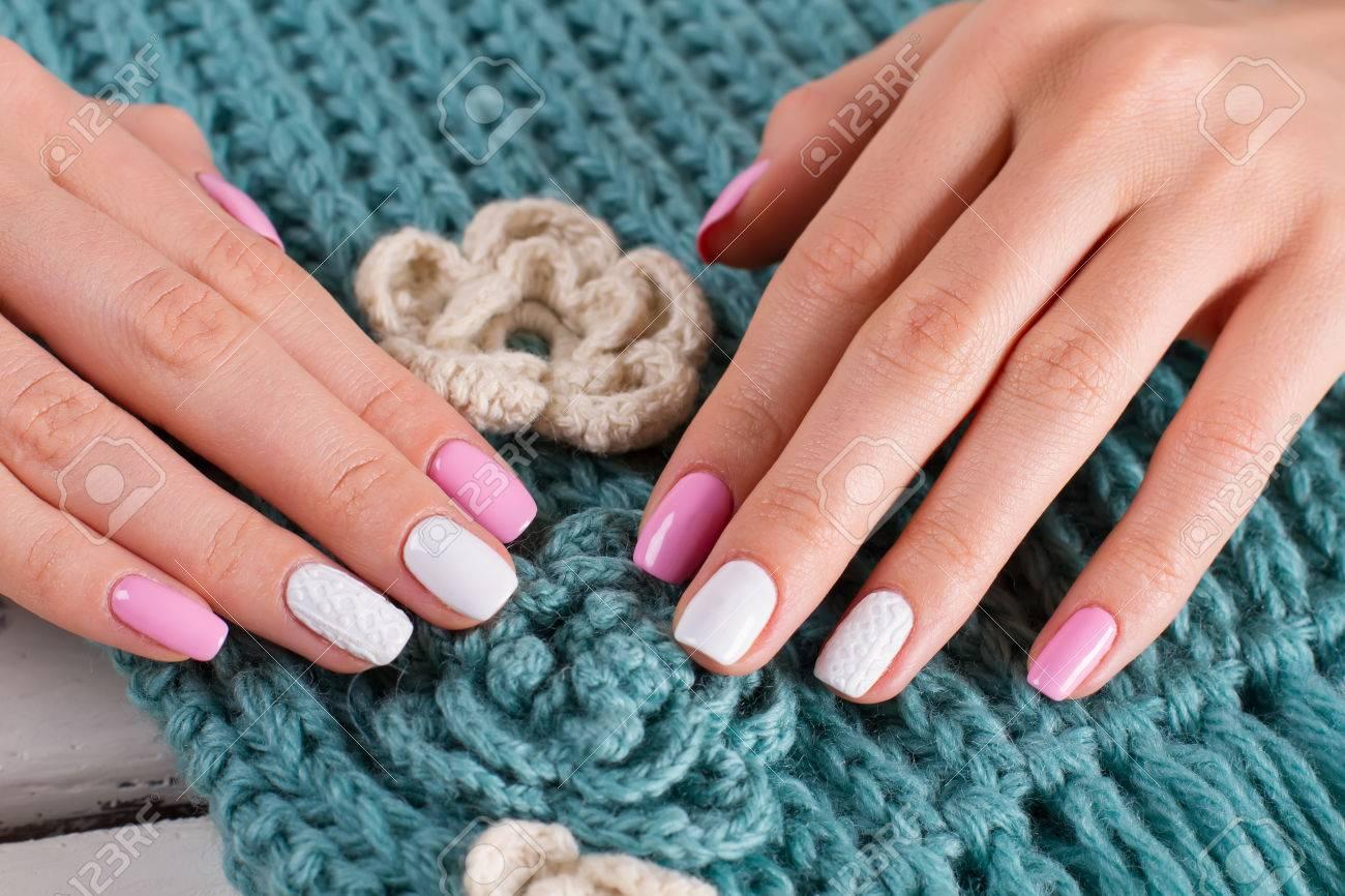 3f04fffb0153 Banque d images - Belle écharpe tricotée à la main faite à la main.  Manucure soulevée sur un fond tricoté.