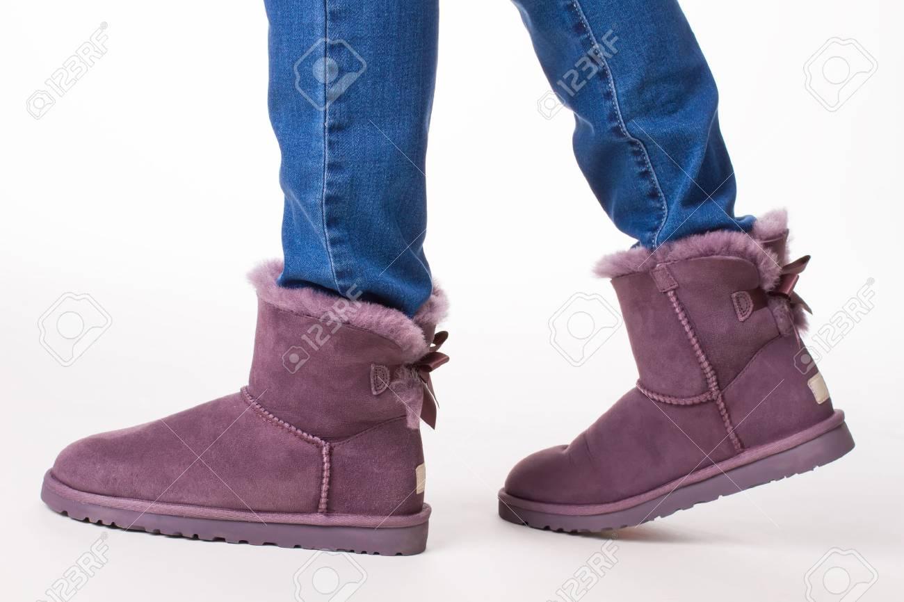 Bottes d'hiver à la mode. Fille en jeans et bottes pour femmes à fourrure.