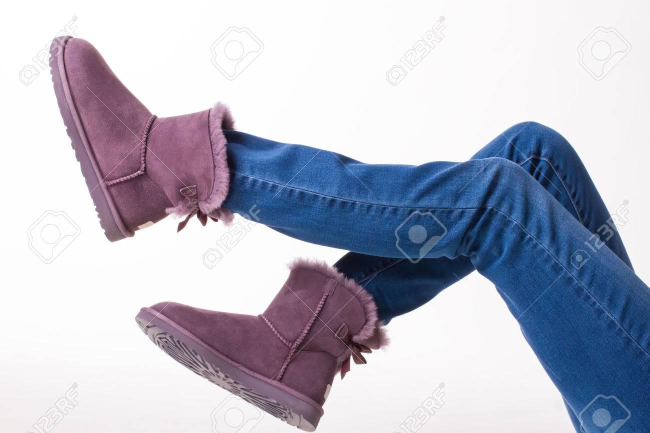50042eeaad5ae Banque d images - Bottes d hiver drôles. Fille en jeans et bottes de  fourrure pour femmes.