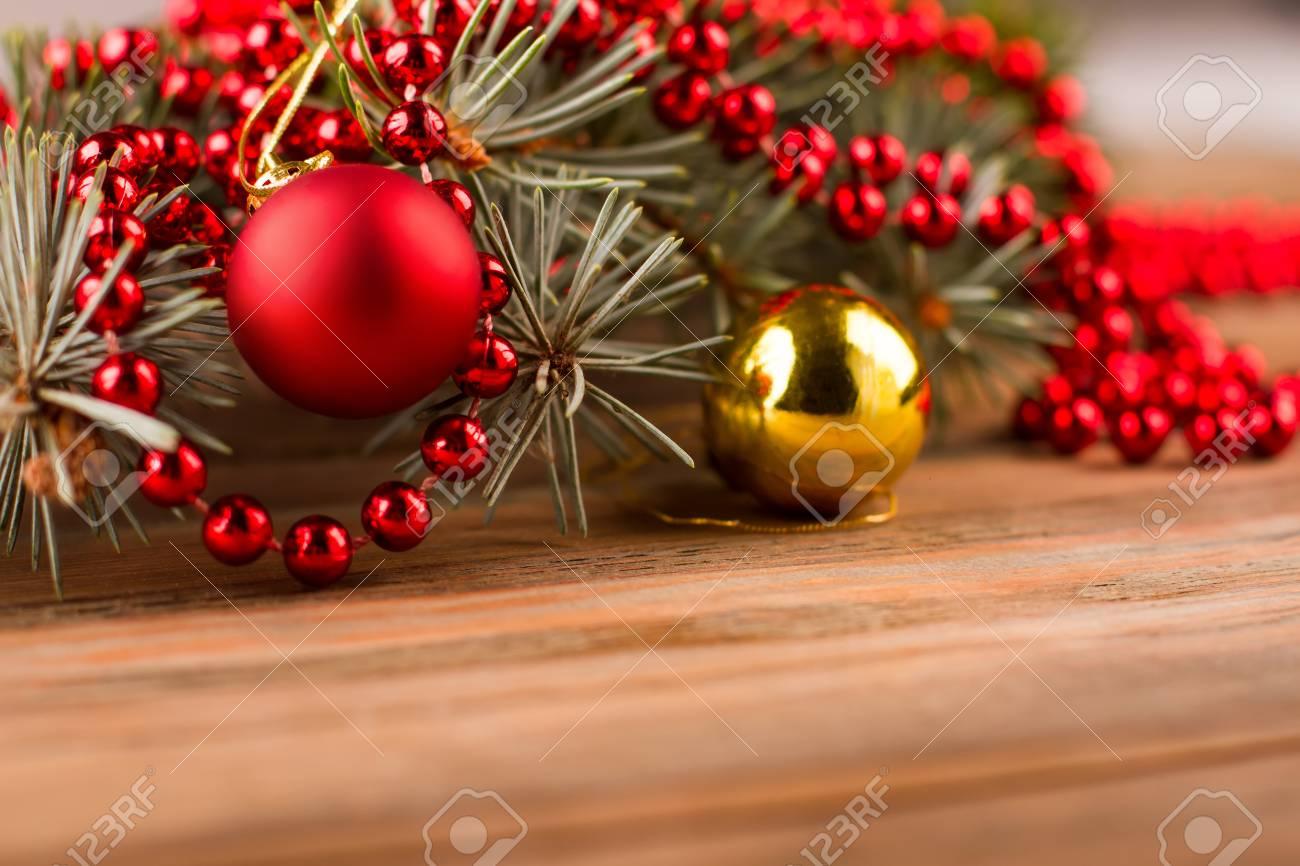 Foto Bellissime Di Alberi Di Natale.Sfere Di Natale Con L Albero Di Abete E Branelli Su Una Priorita Bassa Di Legno Bellissime Decorazioni Natalizie