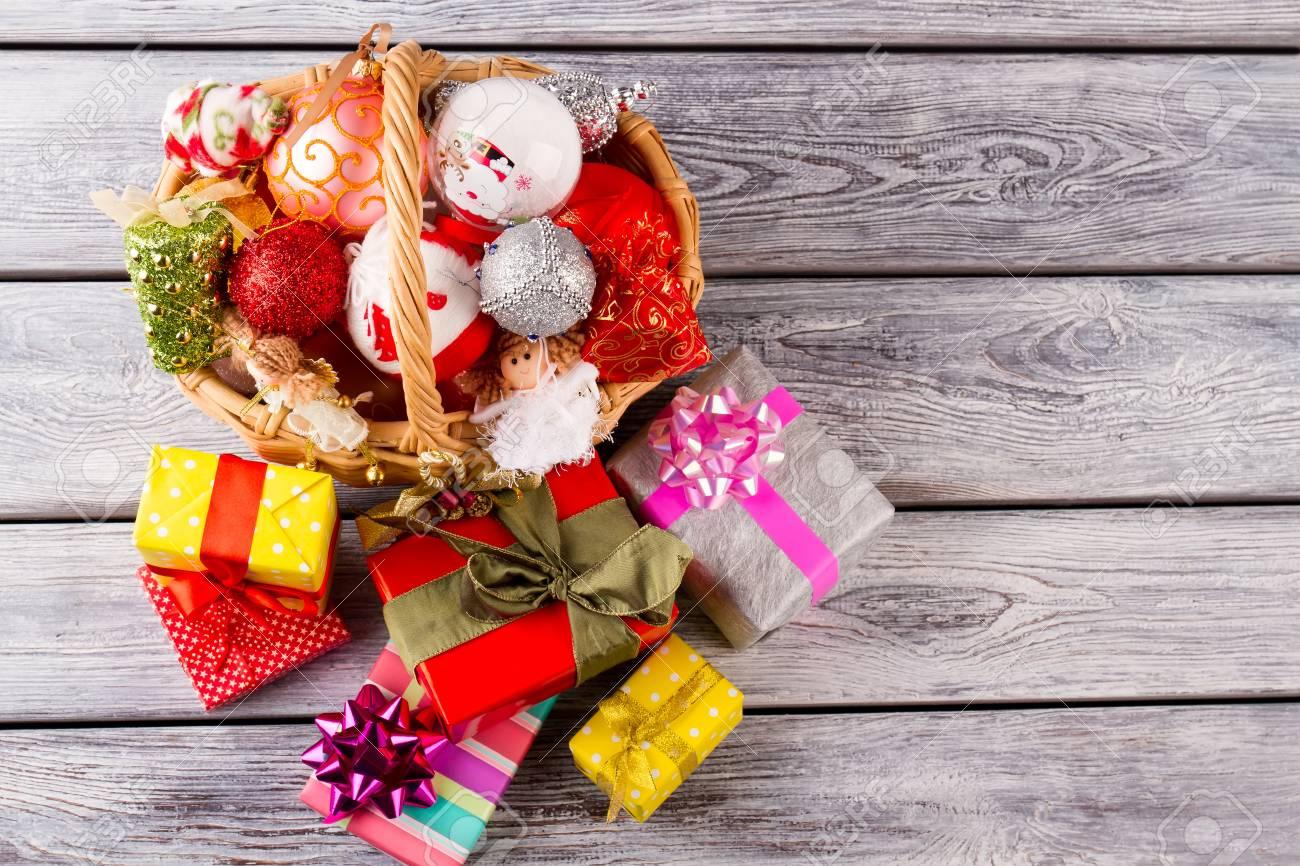 Helle Weihnachtsbälle Und -spielzeug In Einem Schönen Korb. Bunte ...
