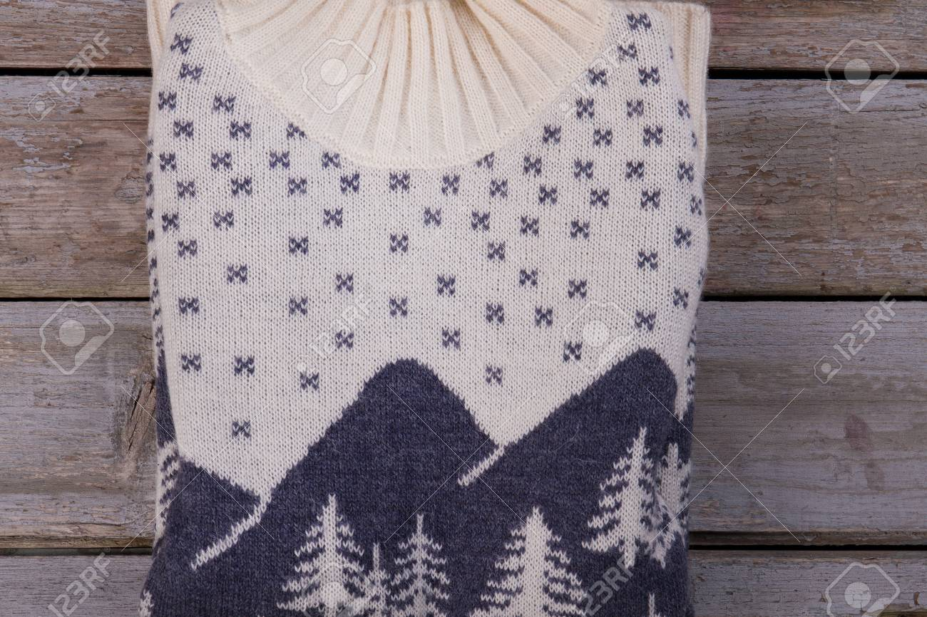 outlet store cbd25 d0eb0 Maglione piegato su espositore in legno. Motivo norvegese e filato di  qualità. Abbigliamento casual per maglieria invernale.