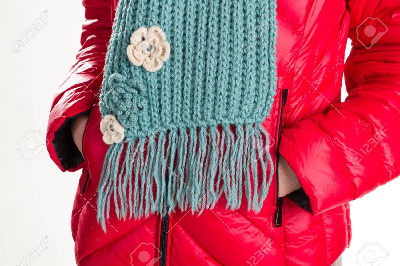 0f1f9b2cf39 Banque d images - Veste rouge et écharpe turquoise. Doudoune et écharpe en  laine. Beau foulard fait main. Écharpe en laine pour femme