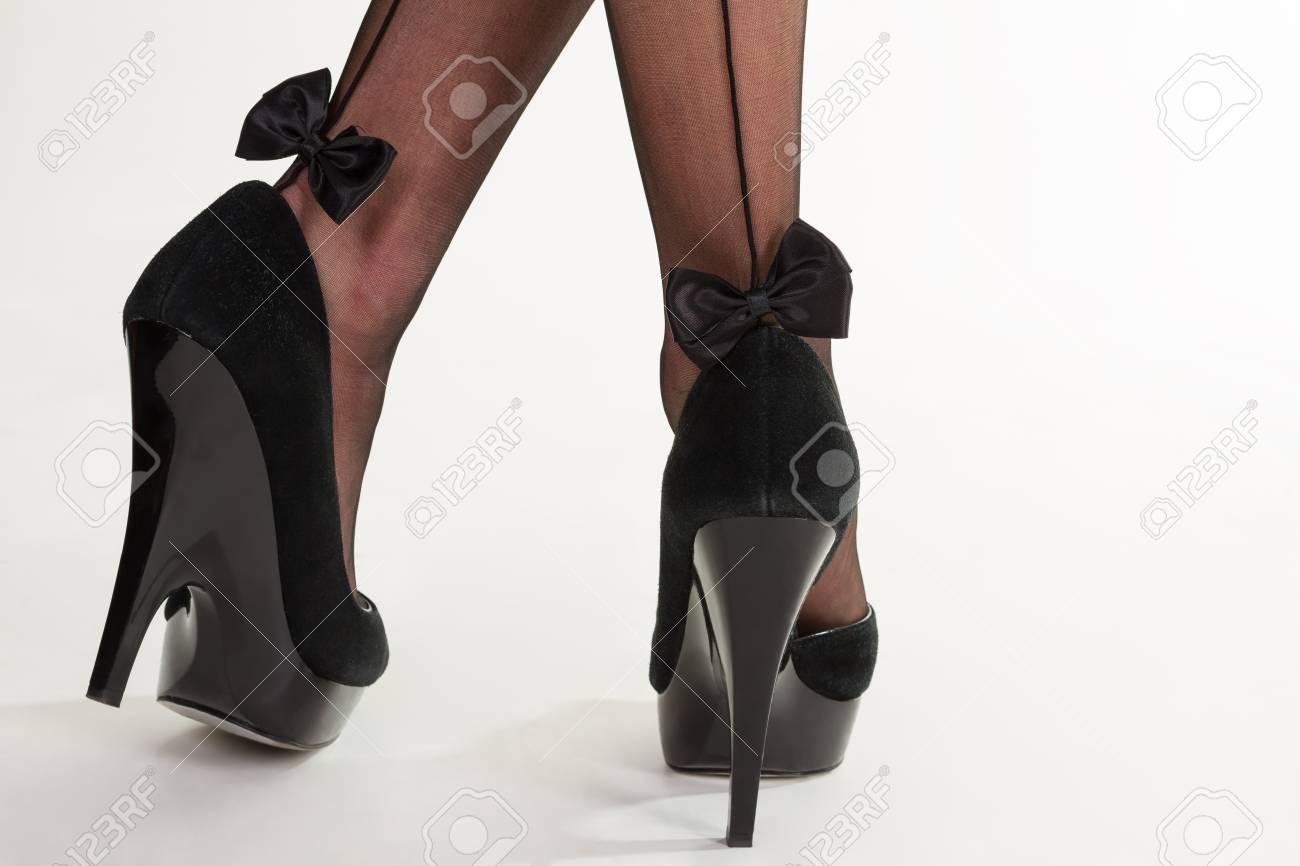 0012687c3def28 Mooie zwarte sexy kousen met strikken. Zwarte suède schoenen met hoge hakken.  Sexy panty