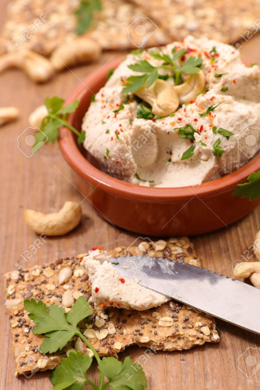 standard bild veganer kase mit cashewnuss