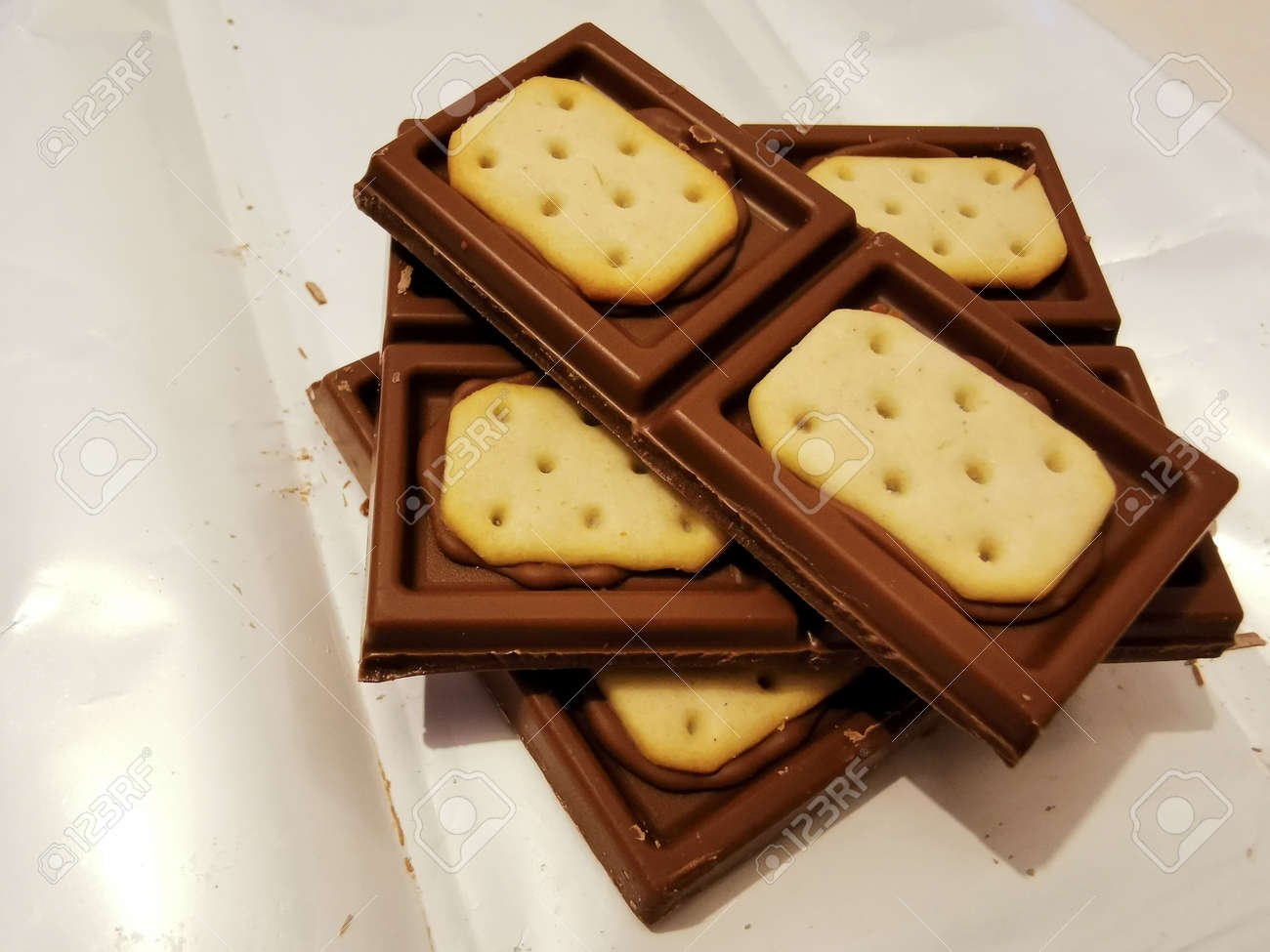 Pieces of brown chocolate with salty crackers - 162235308