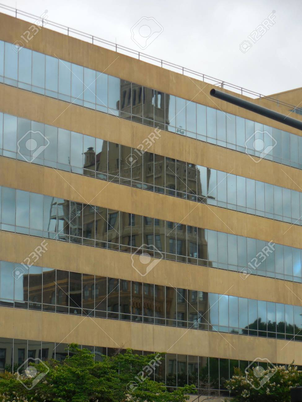 Building reflection Stock Photo - 88603377