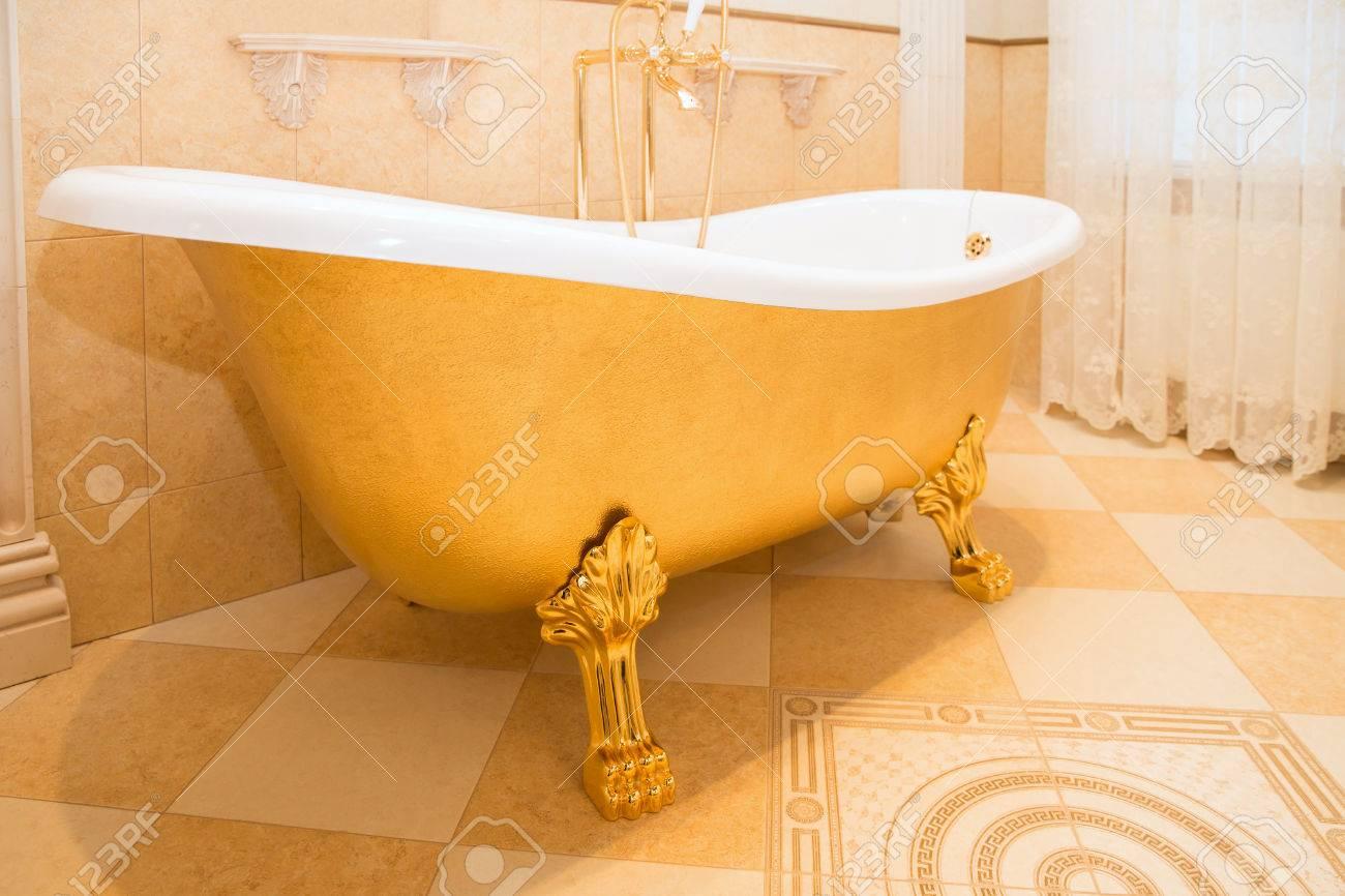 Altmodische Luxuriose Goldene Badewanne Im Badezimmer Lizenzfreie Fotos Bilder Und Stock Fotografie Image 72779867