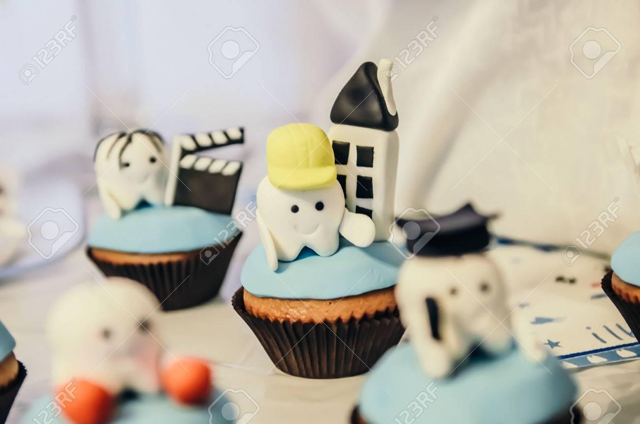 Schöne Kuchen Mit Erbauer Zahn Held Oben Für Kinder Erste Zahn Partei  Standard Bild