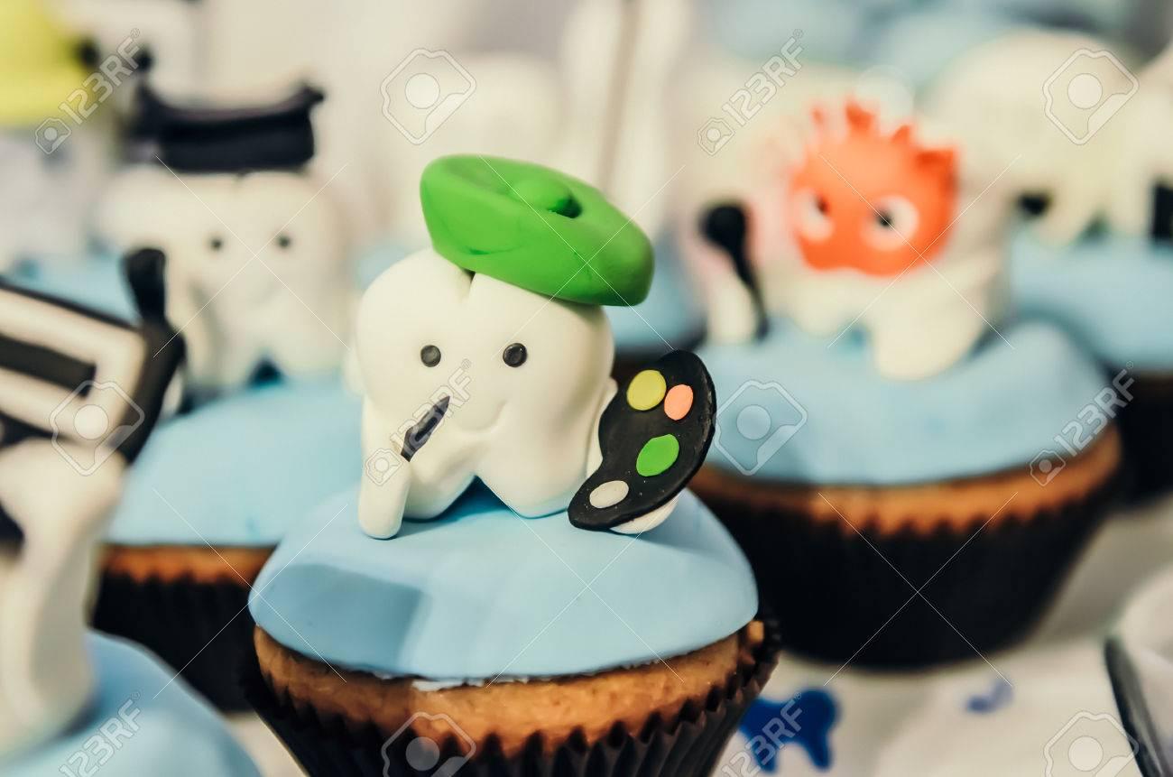 Schöne Kuchen Mit Maler Zahn Held Oben Für Kinder Erste Zahn Partei  Standard Bild