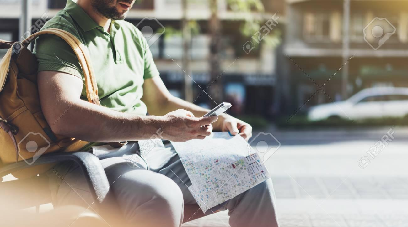 Uomo Con Lo Zaino Giallo Che Tiene Smartphone Turistico Cercando Città Mappa Sul Taxi Di Sfondo Percorso Di Pianificazione Hipster Utilizzando