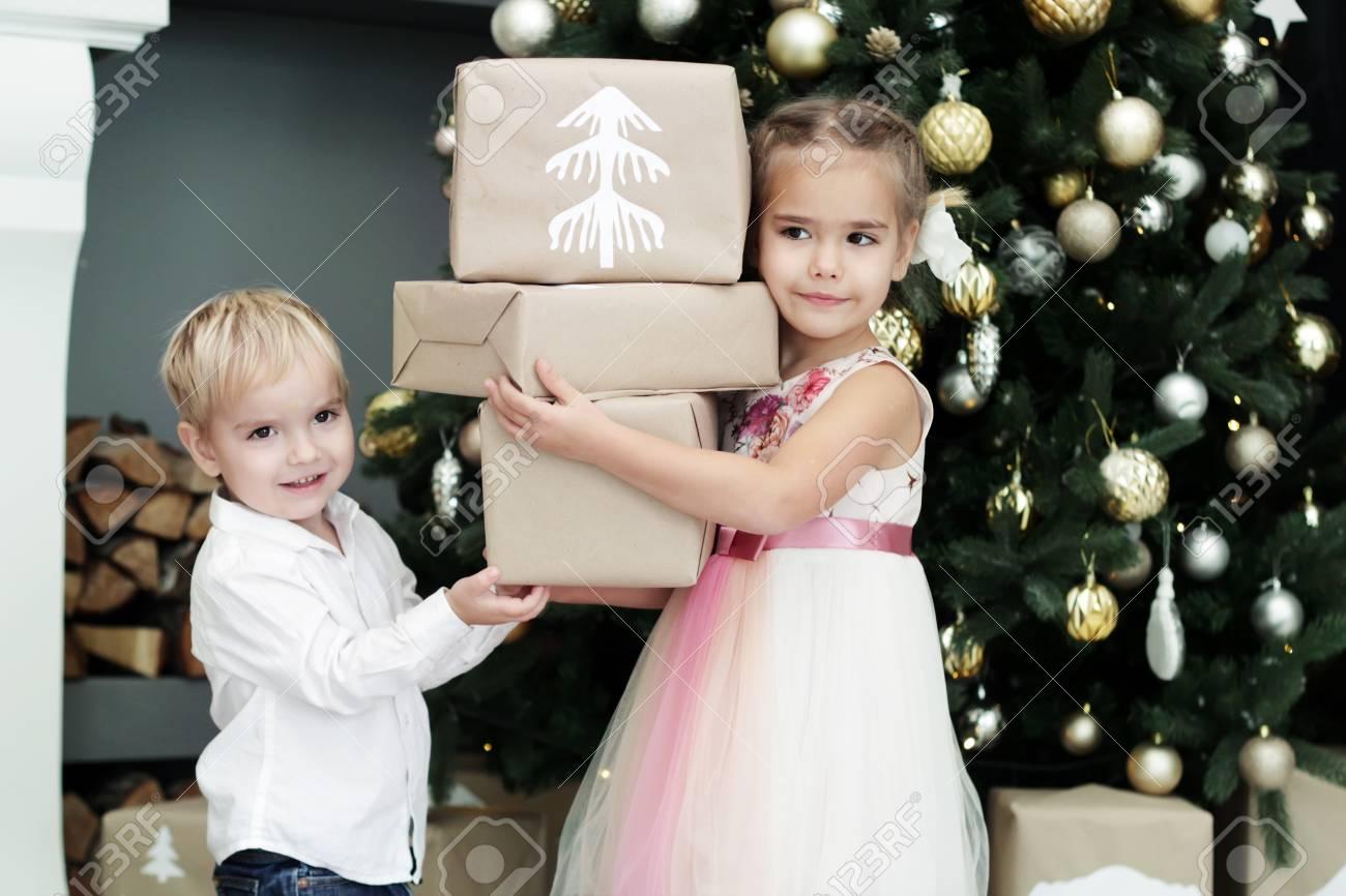 Recht Kleine Geschwister, Mädchen Und Junge, Weihnachtsgeschenke Vor ...